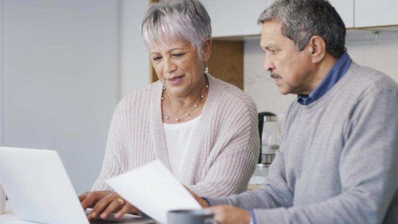 Rente: Zahlen Rentner zu viele Steuern? Gericht soll ...