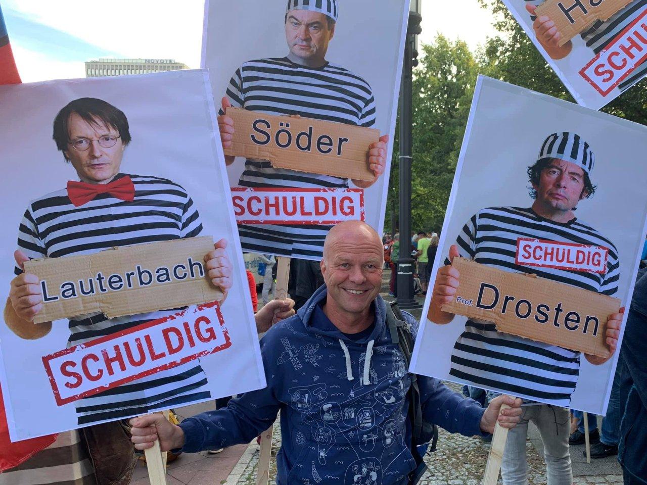 """An der Justiz vorbei für """"schuldig"""" befunden: Robby Schlund, Mitglied des Aufsichtsrates der Kreiskrankenhaus Greiz GmbH, posiert auf der Berlin-Demo."""