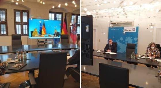 Thüringens Regierungschef Bodo Ramelow in seinem Büro während einer Ministerpräsidentenkonferenz mit der Kanzlerin per Videoschalte. (Archivbild)